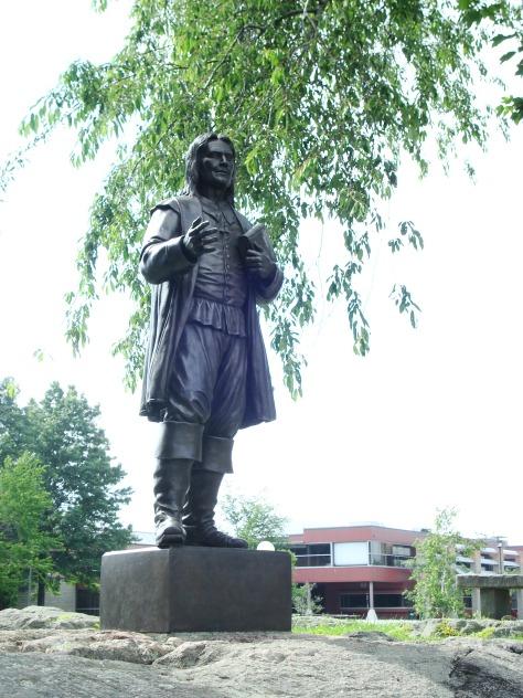 تمثال روجر ويليامز أمام الجامعة التي تحمل إسمه في رود أيلاند